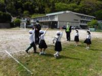 校庭で歩行練習