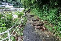 水圧で溝蓋が外れた通学路