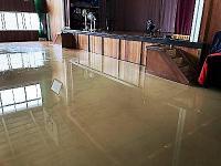 床一面が水浸しの体育館